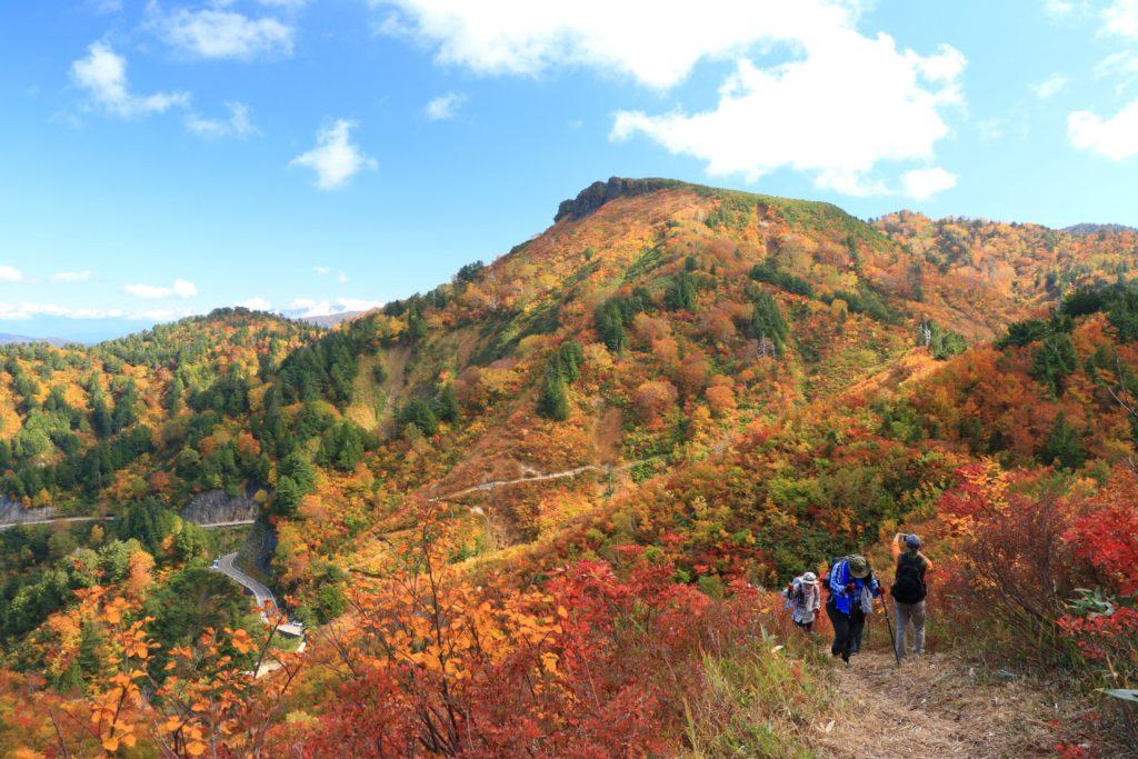 ふくべ谷上園地展望台から望む三方岩岳